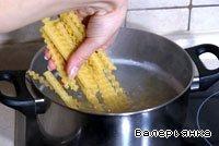 Срезать с костей мясо. В холодную воду положить косточки и куриную кожу, добавить кусочек имбиря и целую очищенную луковицу. Поставить варить бульон. После того, как вода закипит, снять шумовкой пену, посолить бульон. Уменьшить огонь и варить еще около 20-30 минут. После выловить из бульона косточки и кожу, луковицу, имбирь и добавить