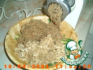 Лук, морковь пожарить в растительном масле, положить отварную печень, чуть-чуть потушить. Остужаем. После пропускаем через мясорубку (2 раза), 3-й раз пропускаем всю эту массу со сливочным маслом.    Положить соль, перец, чуть мускатного ореха (по вкусу). Размешать.