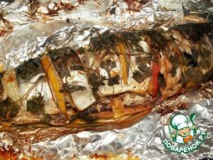 Завернуть рыбу, положить на противень и поместить в предварительно нагретую духовку до 200 градусов.    Так как у меня была достаточно крупная рыба, я запекала рыбку 40 минут, потом фольгу развернула и дозапекала ещe 15 минут.
