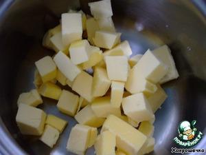Нарезать масло кубиками, поместить в небольшую кастрюльку и поставить на маленький огонь растапливаться.