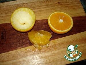 Апельсины разрезать на половинки, вынуть из них мякоть.