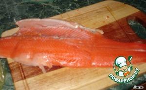 Рыбу почистить, отделить от костей, снять кожу.