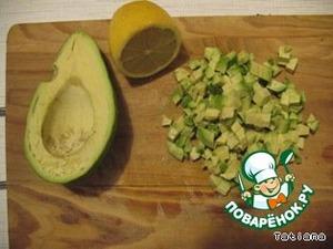 Удалить из авокадо косточку, почистить или вынуть мякоть ложкой, порезать кубиками. Полить подготовленное авокадо соком лимона. Переложить к макаронам.