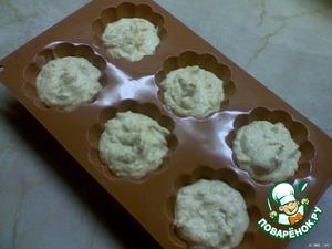Форму для маффинов смазать растительным маслом, выложить смесь ложкой на 2/3 высоты формы.