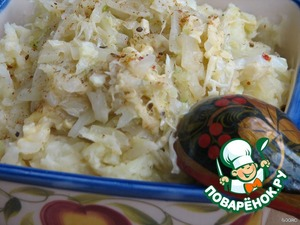 Part of the cabbage-cheese mass add to puree and stir. Put mashed potatoes on a dish, and top with the cabbage and cheese.