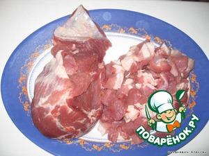 Жирную свинину режем кусочками среднего размера. Промываем и варим на сильном огне. Готовим в течение 20 минут, снимая пену. Добавляем лавровый лист, перец, соль и гвоздику варим еще 10 минут.