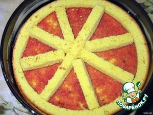 1. приготовить бисквит:    А. взбить яйца с сахаром (пока сахар не растворится)   Б. добавить муку и ванилин   В. выложить тесто в смазанную маслом и выстеленную бумагой для выпекания форму   Г. готовить в разогретой до 200 С духовке 40 минут. Остудить.   2. отрезать горизонтально нижнюю часть бисквита высотой около 0,5см. Вырезать из верхней части круг, чтобы остался только бортик шириной 1-1,5см. Нарезать вырезанный круг брусочками.   3. Форму для выпечки обильно смазать сливочным маслом. Положить нижнюю часть бисквита, на него уложить бортик, а внутри положить брусочки, чтобы получилось колесо.   4.Обильно намазать внутреннюю часть бисквитной основы вишневым сиропом