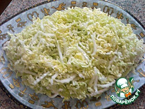 The next layer is a lot of thinly sliced Chinese lettuce (or bikinki, like me). Again, pour mayonnaise, but this layer is not so abundant a bit, that would be the cheese on the cabbage better kept.