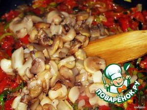 В эту же овощную смесь добавляем грибы и тушим до готовности, смесь не должна быть водянистой.Солим, перчим, перемешиваем со специями и отставляем в сторонку.