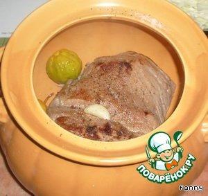 Порезать капусту. Выложить свинину в глубокую форму для запекания вместе с луком, беконом, соком от тушения, посолить, поперчить, добавить айву, чеснок, капусту.