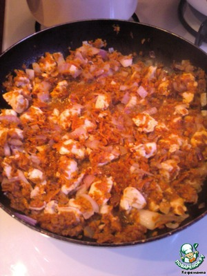 Подготовим зажарку: обжарим до золотистого цвета лук и натертую морковь. Зажарочку лучше посолить и поперчить сразу. Поскольку у меня оставалось немного куриного филе (кусочки некондиционные - после отбивных), то я поджарила с овощами и мяско.