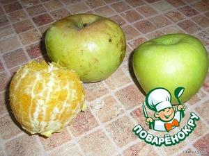 Тем временем приготовить яблоки и апельсин.    Яблоки почистить и нарезать дольками.    Апельсин очистить от кожуры, поделить на дольки, освободить их от пленки и косточек.