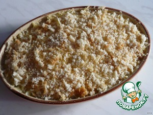 Form for baking grease with oil, put the mashed potatoes.Sprinkle with grated cheese, then breadcrumbs, put the remaining butter (in small pieces). Bake in the oven until Golden brown.
