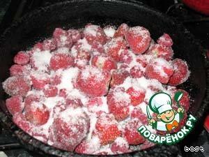 Форму смазать маслом. Выложить в неё ягоды (если замороженные, не размораживать) и посыпать сверху сахаром.