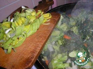 Овощи должны тушиться до полуготовности. Режем лук кольцами и бросаем к овощам. Опять немного прожариваем (овощи пускают сок). Солим и добавляем специи для овощей. Различные пряные травки. Еще я бросила кунжутные семечки.