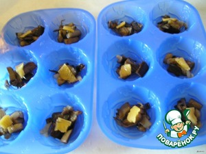 Rinse the eggplant. Fry the onion until soft, add the eggplants, Dozhivem. The stuffing is ready! Lay it in a greased Rast. oil affinity. Put in each mould a small piece of cheese.