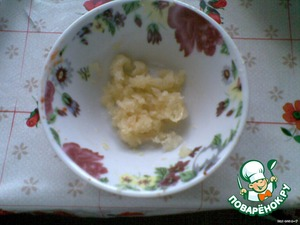 Garlic RUB on a small grater, or skip through chesnokodavku