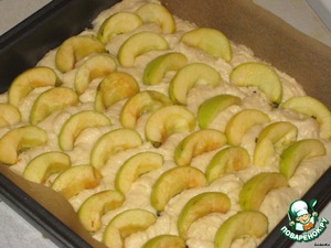 Apples cleaned of seeds and cut slices. The number of apples at your discretion. In the end, 8 of the small stuff was not enough, one more, would have been juicier.  My apples are very solid, they are slightly greenish and after baking remain semi-hard, I am so very much as if fresh, lightly baked work.  Arrange the apples on the dough and pressed them.