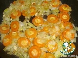 Обжариваем на масле порезанный лук и морковку, порезанную кружочками