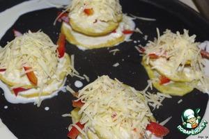 И собираем так башенки, пока не закончится картофель.    Сверху посыпаем отложенным сыром.    Запекаем в разогретой до 180 градусов духовке, до зарумянивания сыра.