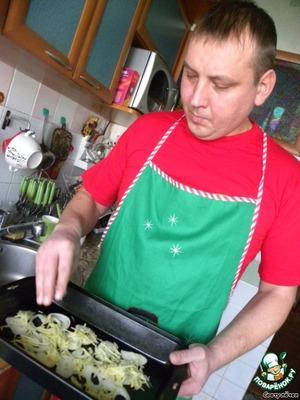 Лук режем тонкими кольцами и раскладываем в глубокой форме, добавлем натёртый имбирь, тимьян, гвоздику, соль и перец.