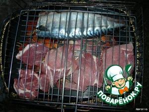 После того, как мясо и рыба промаринуются, выложить их на решетку и жарить до готовности на мангале