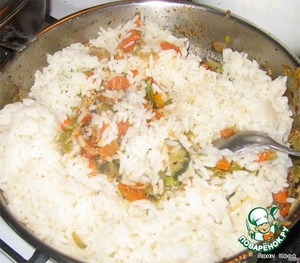 Перемешать овощи с рисом, потушить минутку