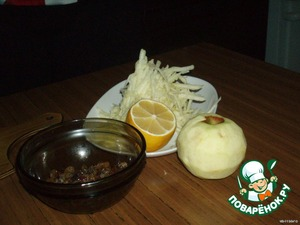 Яблоки очистить, изюм вымыть, сок из лимона отжать и яблоки натереть на терке.