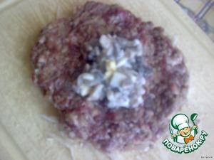 На лепешку выложить начинку из грибов и яйца.