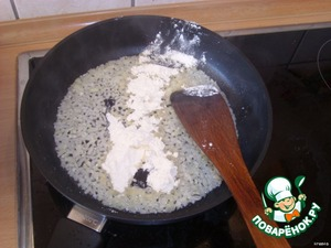 Onions fry in vegetable oil until transparent, add flour and fry until Golden brown.