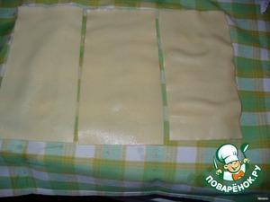 Вынимать их из кастрюли шумовкой и раскладывать на полотенце.