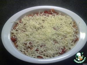 Выкладываем половину томатного соуса в форму для запекания, затем фаршированные ракушки. Заливаем оставшимся соусом и посыпаем сверху моцареллой.