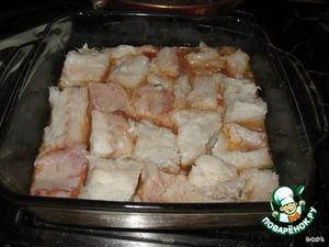 Приготовить рыбу: вымыть, обсушить, посолить, поперчить, сбрызнуть лимонным соком.   Выложить в форму на соус.