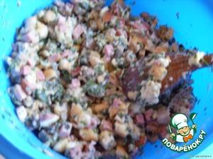 Яйца отделить желтки от белков. Белки взбить в пену.    Батон залить молоком и оставить размякнуть. Если жидкости мало, долить бульоном.    Ввести желтки, мясо, крапиву. Посолить, поперчить, добавить майоран и мускатный орех (или без них).    В последнюю очередь добавить взбитые белки и осторожно перемешать.
