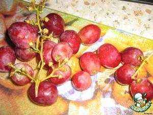 Виноград я взяла розовый, разрезала каждую виноградинку и вынимала косточки, их было мало, так что не возилась.