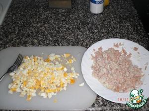 Отварить яйца и мелко покрошить, тунец хорошо помять (часть масла слить), мелко порезать лук, всё смешать и добавить майонез, по вкусу, можно добавить соль, если не хватает.