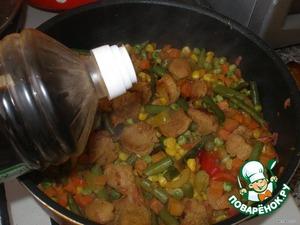 Посолить, приправить карри и гарам масала, добавить соевый соус и тушить еще 3-5 минут.