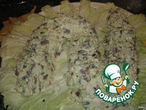 Листья салата выложить на тарелку, сверху выложить салат в форме змеи.