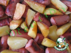 Cосиски смешать с картошкой (аккуратно, чтобы картофель остался кусочками).