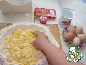 Тесто хорошо вымесить, оно должно быть не крутым, но довольно плотным. По надобности добавить муки. Оставляем, прикрыв, на доске минут на 40-45.