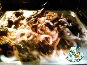Нашпигованное мясо обмазать специями и майонезом. Уложить на протвень и обжарить на масле.