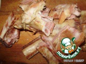 Ребра копченые режем на куски.