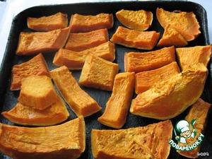 Чтобы получить такое количество тыквенного пюре надо:   Тыкву (1 кг) нарезать кусочками и запечь в духовке где-то около 1 ч.