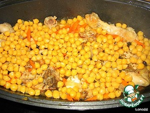 Then spread the peas along with the water in which it cooked. Throw spices and raisins and cook on a slow fire to full readiness.