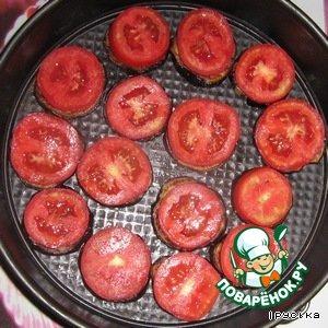 На баклажаны выложить помидоры, немного посолить, поперчить.
