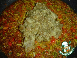 Finely chop the onion and pepper and fry in vegetable oil, adding crushed eggplant.