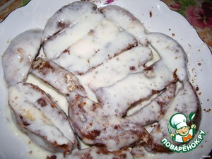 Sour cream mix with sugar until the sugar is dissolved. Each slice dip in sour cream, put on a plate evenly.