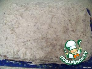Пропитываем коржи любым соком или сиропом. Намазываем на первый корж половину крема, кладем второй корж, и сверху равномерно наносим оставшийся крем.