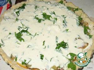 Приготовить заливку:   взбить творог с яйцами и сметаной, приправить специями, солью.   Вылить заливку на овощи.