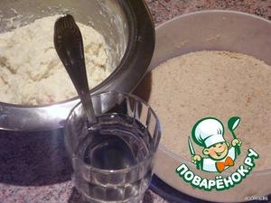 Берем тесто, панировочные сухари и стакан с водой. Нагреваем сковороду. Берем опускаем ложку в воду а потом немного стряхиваем с нее излишки воды.